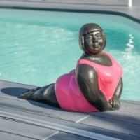 ca-statue-contemporaine-femme-ronde-position-yoga-fuschia-4468